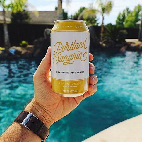 Poolside refreshments for the win! 👌🙌 Thanks for the snap, _rdub!