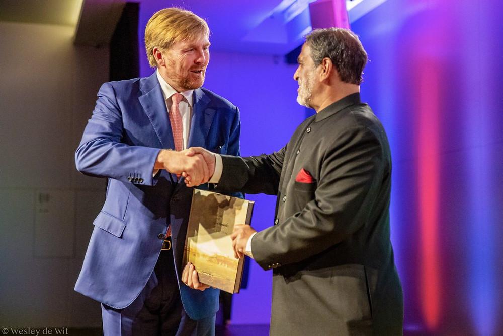 Koning Willem-Alexander en ambassadeur Venu Rajamony