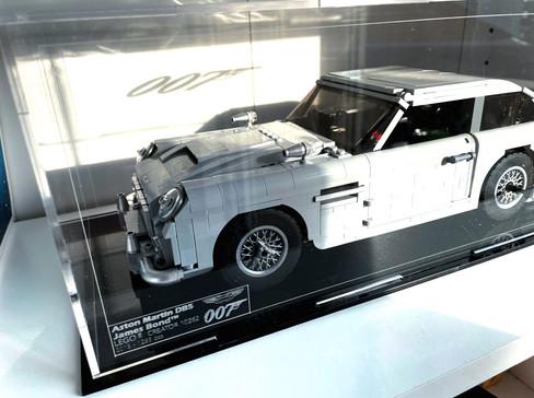 Vitrine BriquesaBoX LEGO® CREATOR 10262 Aston Martin DB5 007 avec Option Gravure de l'identité du set et XL sur capot superieur.