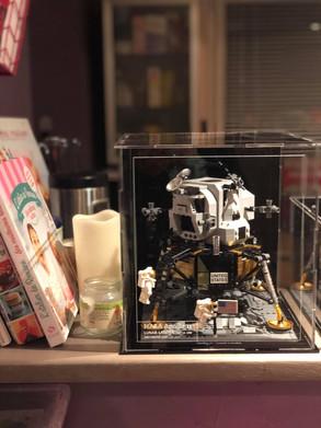 164311409_465272574618335_43168403251092Vitrine d'exposition BriquesaBoX LEGO Apollo 11