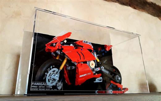Vitrine BriquesaBoX LEGO® Technic 42107 Ducati Panigale V4R avec gravure du Set et Fond Noir