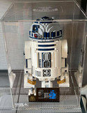 Vitrine BriquesaBoX LEGO® R2-D2 avec gravure personnalisée du Set et Gravure XL