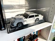 Vitrine BriquesaBoX LEGO® CREATOR 10262 Aston Martin DB9 007 avec Option Gravure de l'identité du set et XL sur capot superieur.