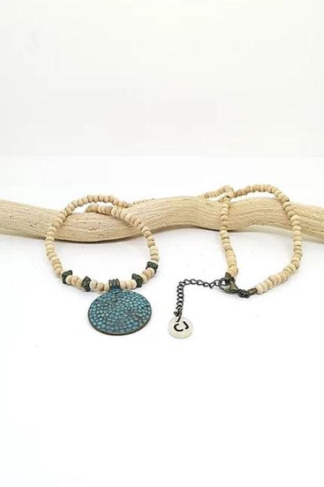 Collar medallón con cuentas y adornos metalicos de Coris Julis