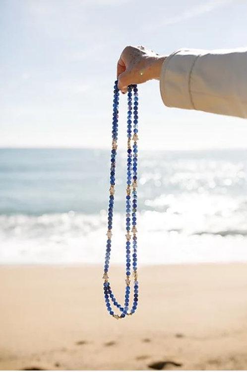 Collar azul con estrellas de howlite de Coris Julis