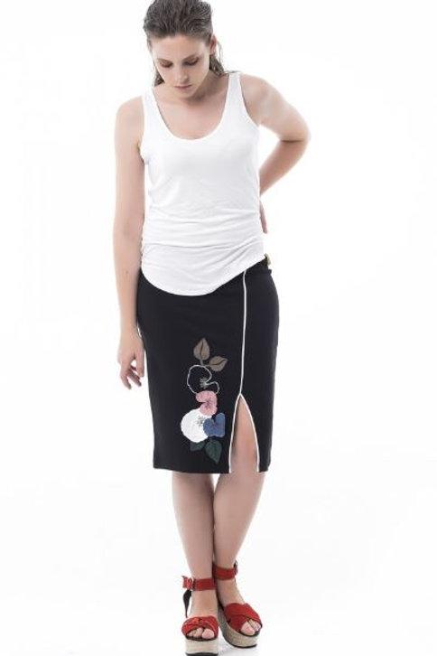Falda recta con bordado floral Mamatayoe