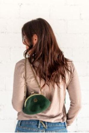 Pochette verde de punto.