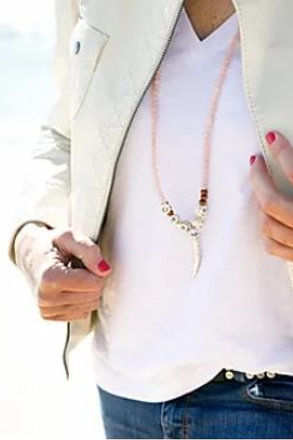 Collar rosa pastel con colmillo de metal de Coris Julis