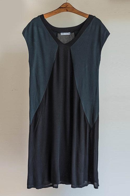Vestido negro de manga corta japonesa y cuello en V de Fete