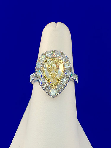 18kt. white and yellow gold with a Fancy colored center diamond