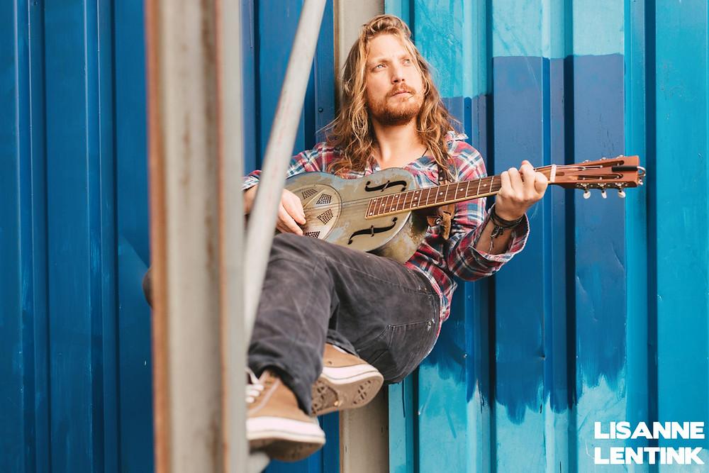 Louis (Subterranean Street Society) met zijn gitaar genaamd Lucinda