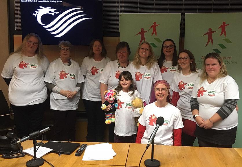 Llun o aelodau FASD Cymru yn lansiad ffi