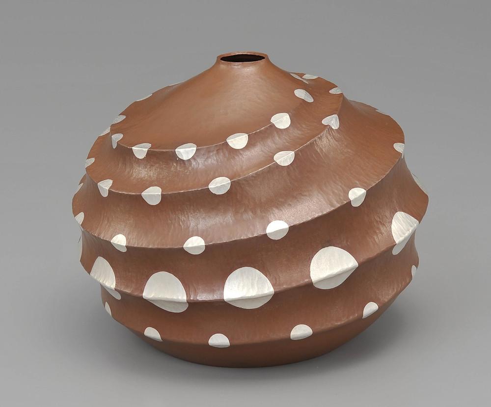 大沼千尋さんの作品「切嵌銅花器」