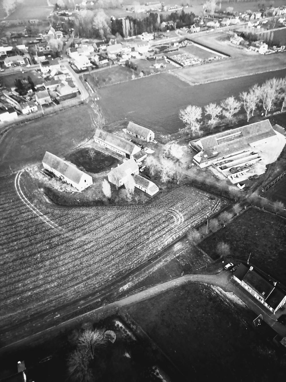 luchtfoto hoeve 't klokhof, de voormalige geitenstal doet nu dienst als loods voor Westdreef Tuinaannemingen.