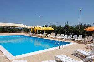 La piscina con sdraio e ombrelloni per godere le belle gionate di sole in sicilia