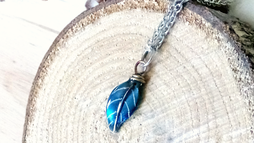 Pendentif petite plume simple bleu