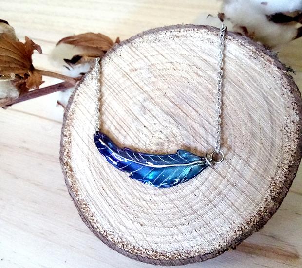 Collier plume bleu