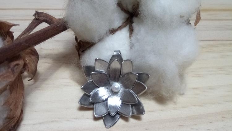 Pendentif fleur de lotus inox
