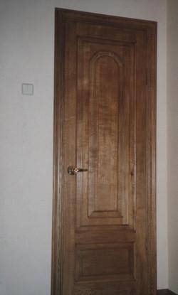 коричневая дверь в комнату из дерева