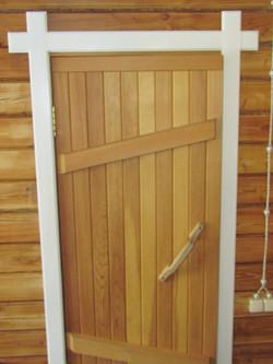 дверь из дерева в сауну