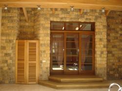 остекленная деревянная дверь в сауну