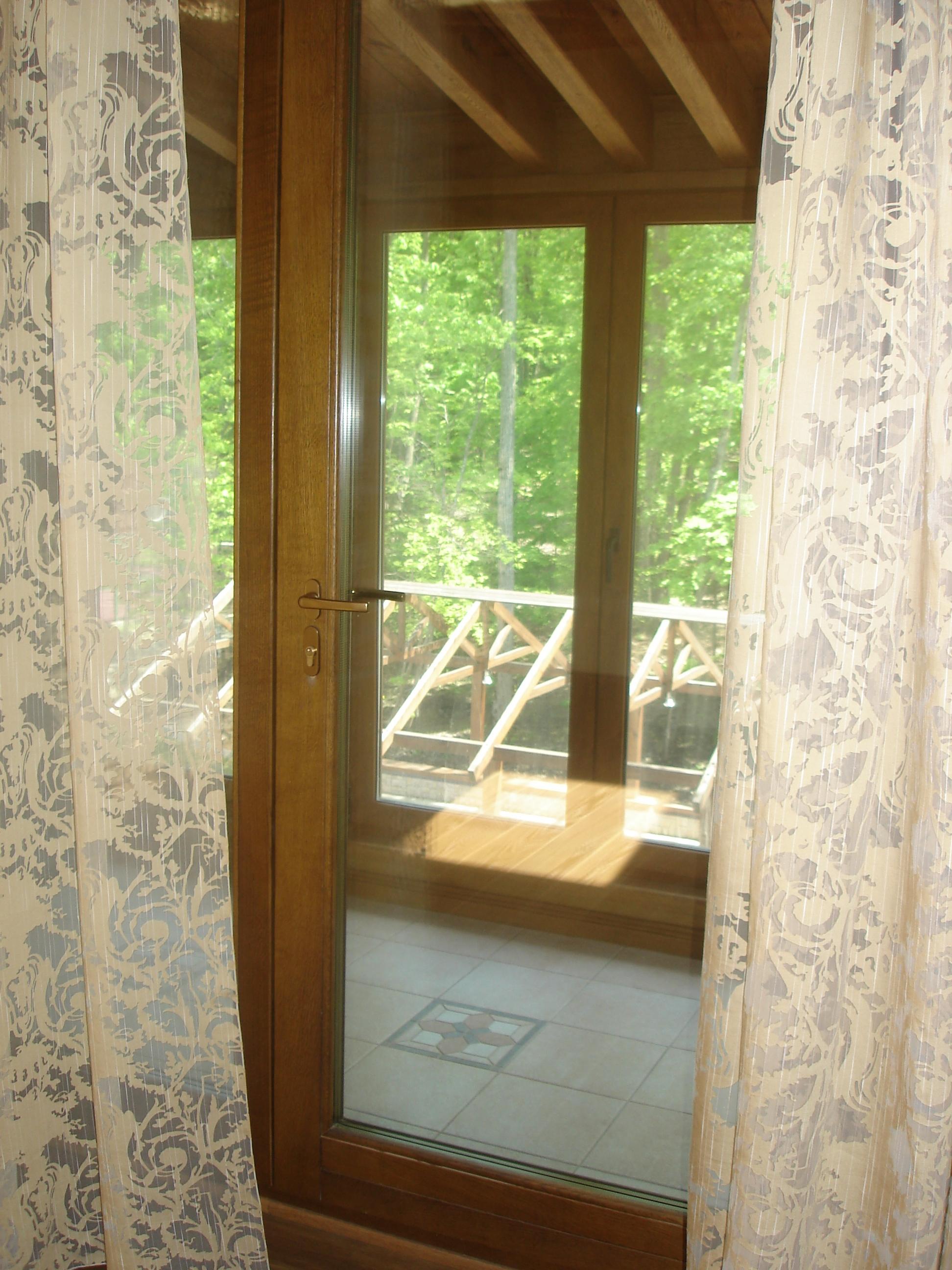 окно из натурального дерева