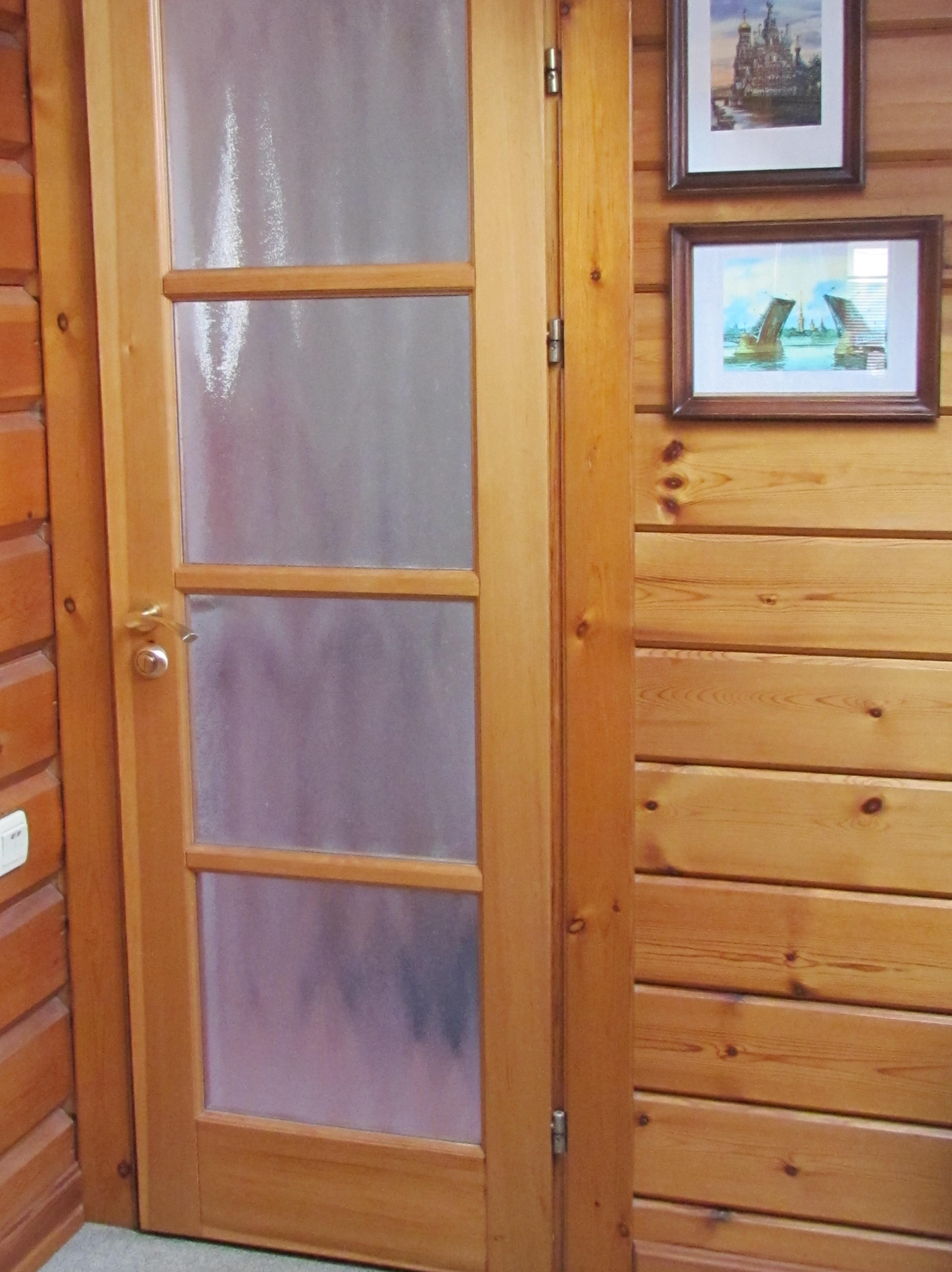 дверь из лиственницы матовое стекло