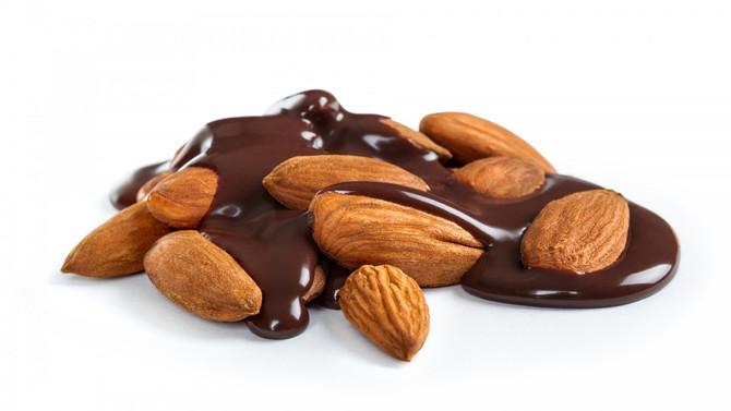 Almendras y chocolate amargo (junto a una dieta saludable) para alejar las enfermedades coronaria