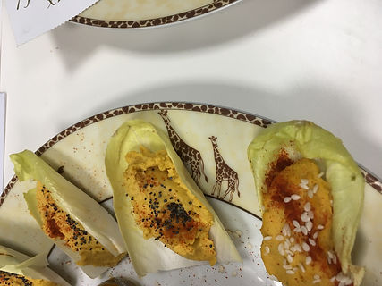 Feuille d'endive au houmous à la carotte