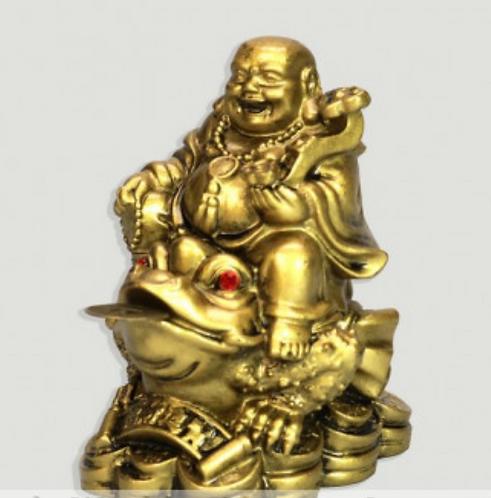 Bouddha en résine dorée. Assis sur un crapaud. 8cm
