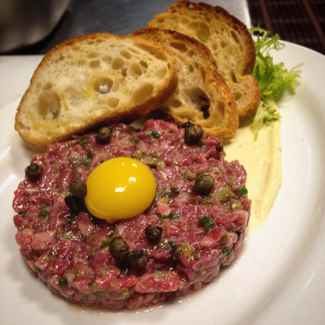 beef tartar with quail egg pic, vinateri