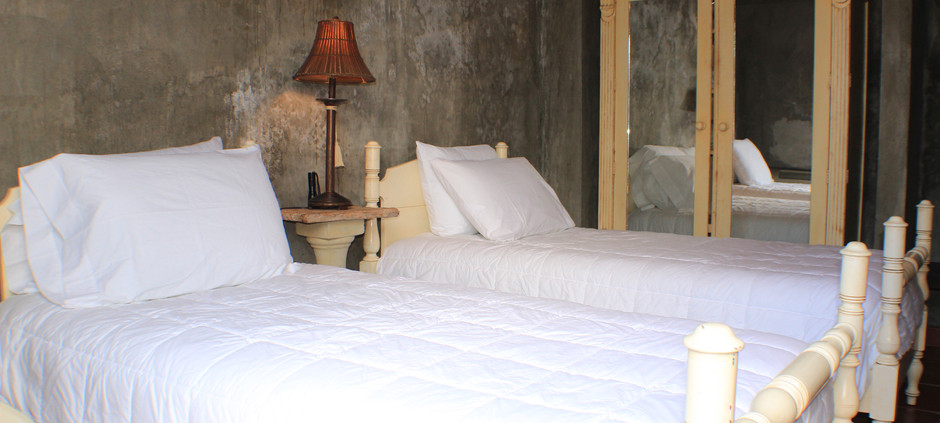 Lower bedroom twin beds, or can accommodate a queen bed