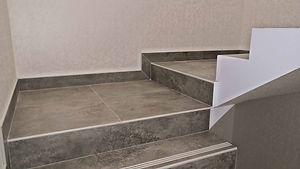лестничная площадка из плитки в 2 уровня