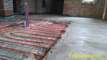 процесс заливки стяжки на тёплый пол