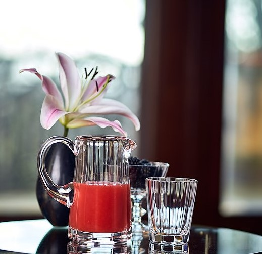 Adels - Service Krug 0,5 mit Wasserglas und Sektschale auf einem Glastisch
