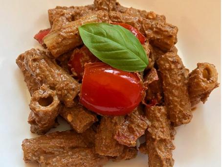 Pasta intergale con pesto di ricotta di pecora, nocciole, pomodorini secchi e freschi e basilico