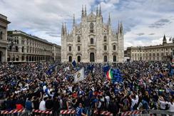 L'assembramento in piazza Duomo