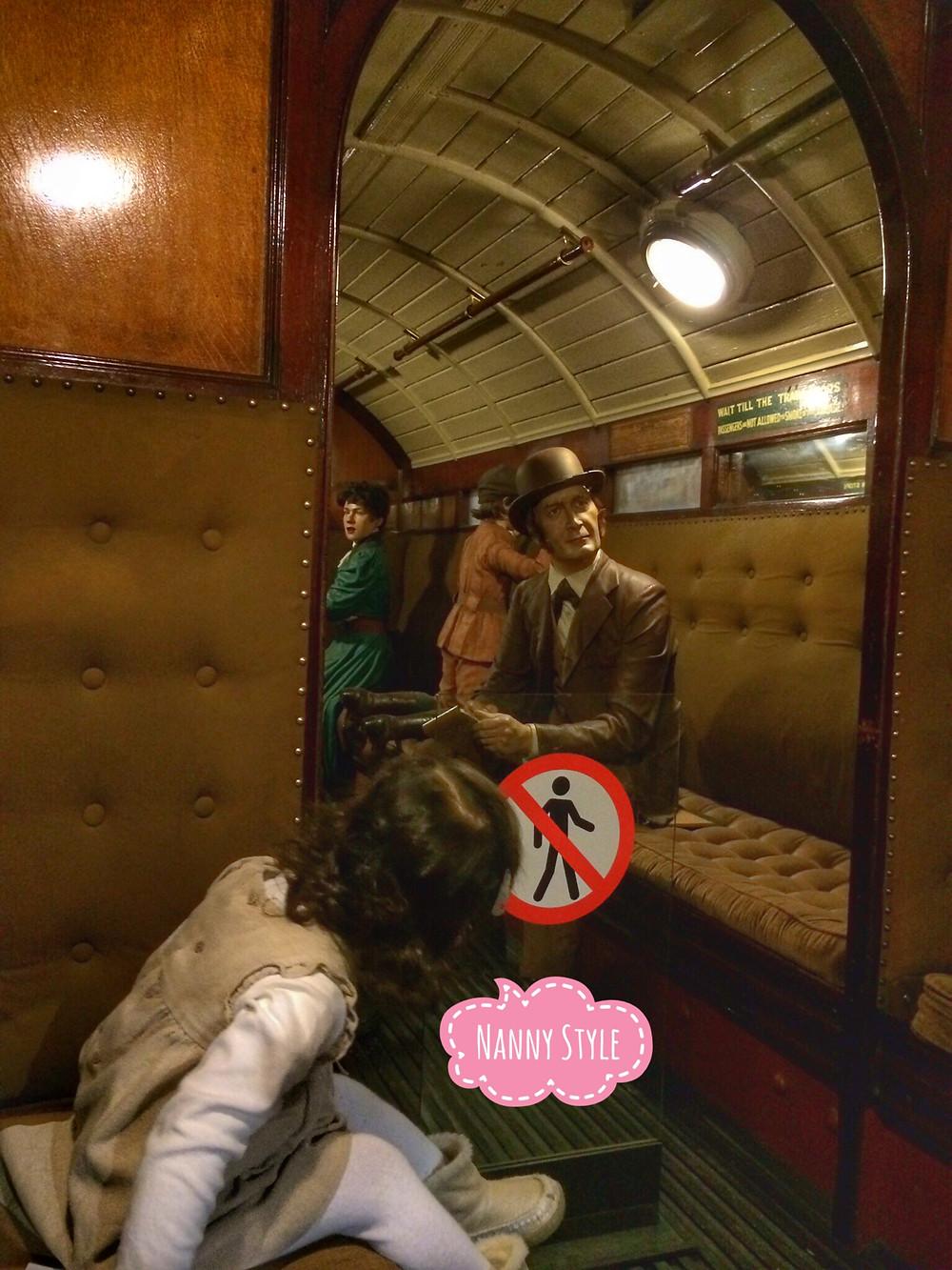 girl in a train niña en un tren