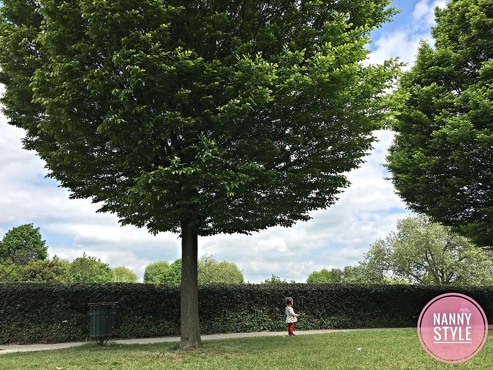 playing in the park jugando en el parque