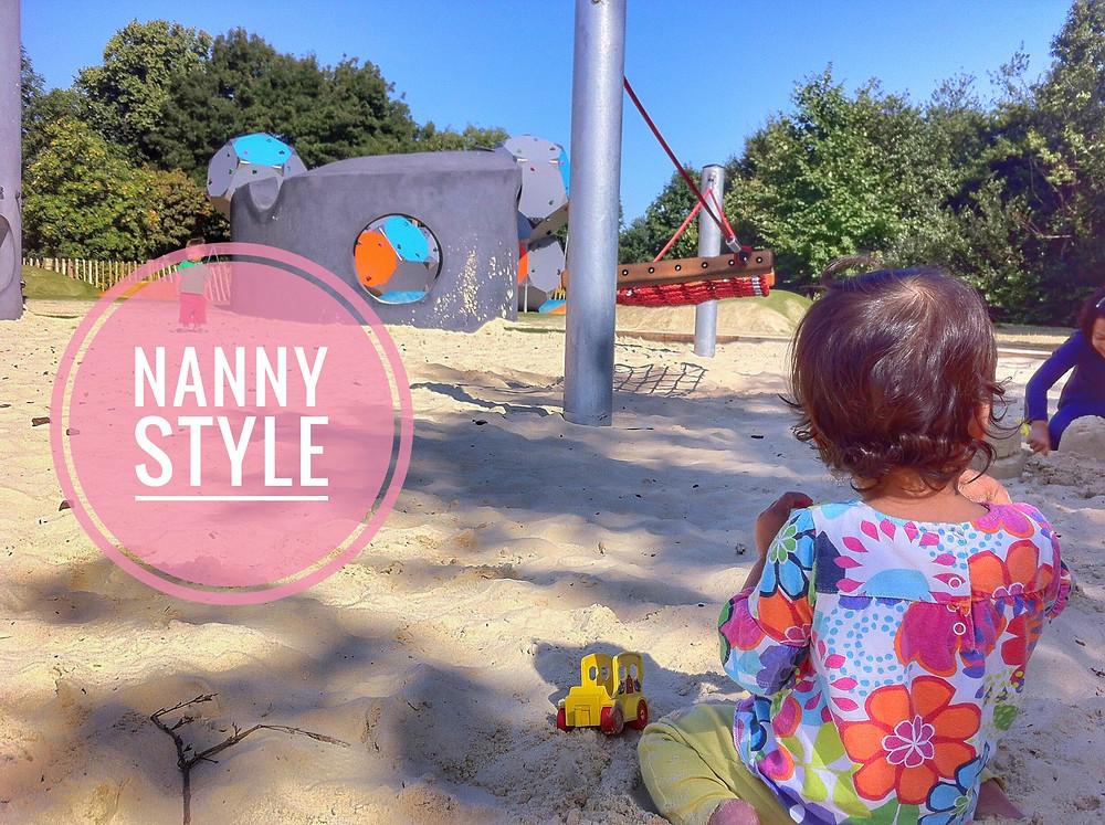 baby in the park bebé en el parque