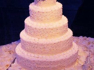 How You Can Present Fresh Flowers Among Your Wedding Cake