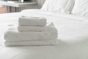 serviette-blanche-sur-la-decoration-du-l
