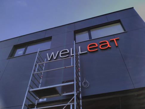 Lichtwerbeanlage von Well eat für die Häuserfassade