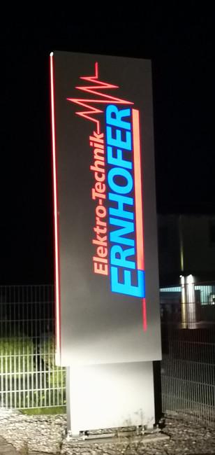 Werbepylone beleuchtet von Ernhofer