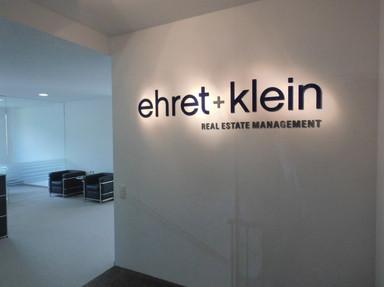 Lichttechnik für das Firmenlogo von ehret + klein