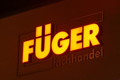 Lichtwerbeanlage für das Logo an der Außenfassafe von Füger