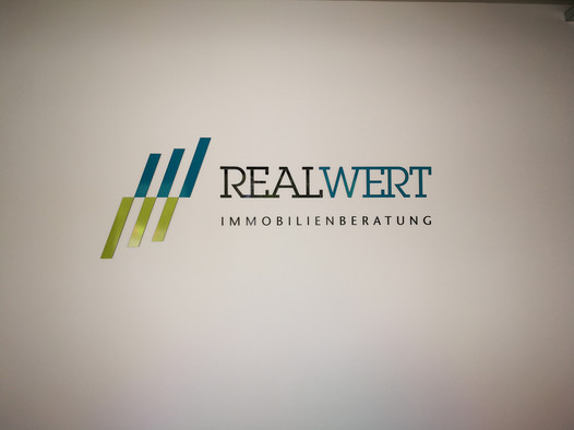 Logo als Fassadenwerbung für Realwert