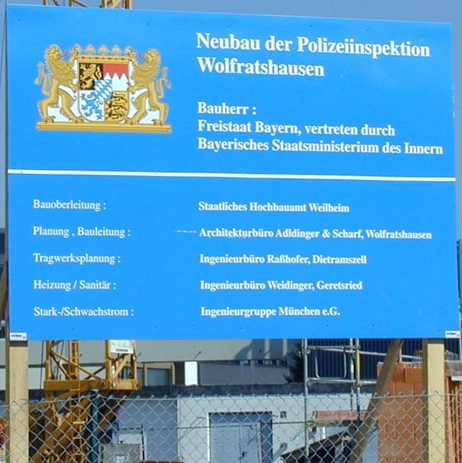 Bautafel für den Neubau der Polizeiinspektion Wolfratshausen
