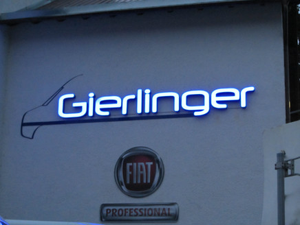 Lichttechnik an Außenfassade für Gierlinger