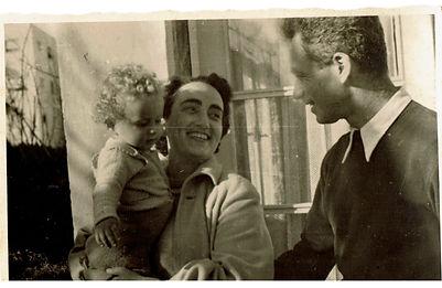 אבא ואמא  ברחוב ארנון .jpg